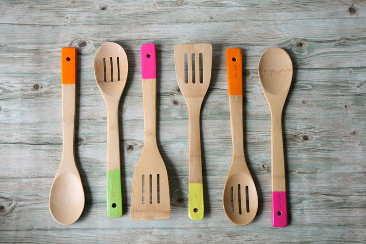 DIY Paint dipped spoons make a perfect hostess or Christmas gift!