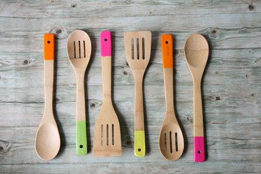 Easy Hostess Gift: How to Make Paint-Dipped Spoon Sets
