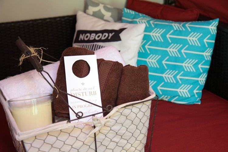 Make-A-Guest-Room-Welcome-Basket