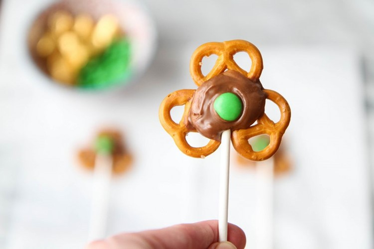 5 Minute Treat: Shamrock Pretzel Pops from MomAdvice.com