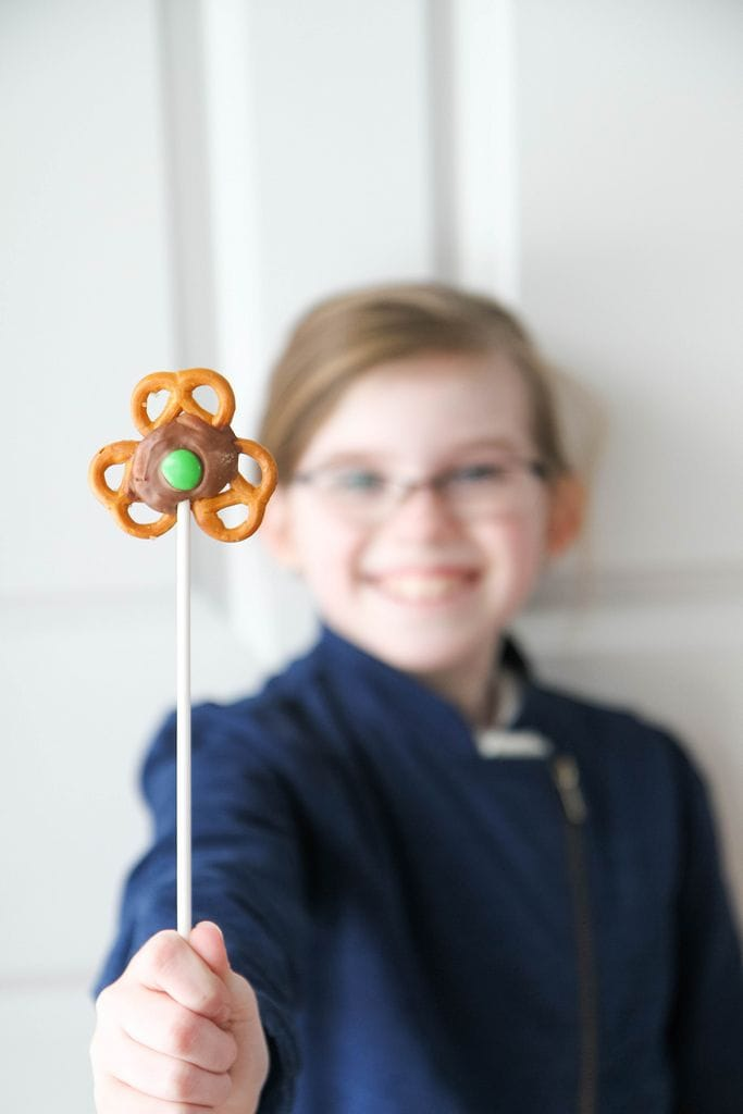 5 Minute Treat: Shamrock Pretzel Pops from MomAdvice.com.